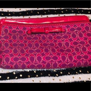 Gently used.Perfect CONDITION!!!!!!Coach wristlet